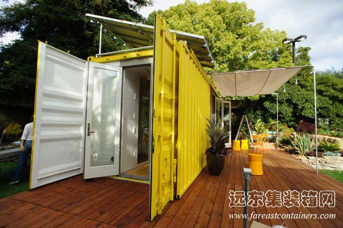 2013年2月6日 当地时间6月3日,美国加州门罗公园市展出富有时尚环保特色的集装箱活动房屋(又称住人集装箱)。这个集装箱活动房屋式建筑的名称是Sunset Idea House(又称 Cargotecture c192 Nomad),是由美国西雅图 HyBrid 公司的建筑设计师乔伊伊甘和罗伯特罕柏共同设计设计和制造的。 建筑是由一个20英尺的标准集装箱改造而成,这个集装箱在使用9年后被淘汰下来,之前曾经运送着货物去过许多的国家,经过了数百万公里的路程。一个其貌不扬的废旧二手集装箱可以改建成雅致实用的