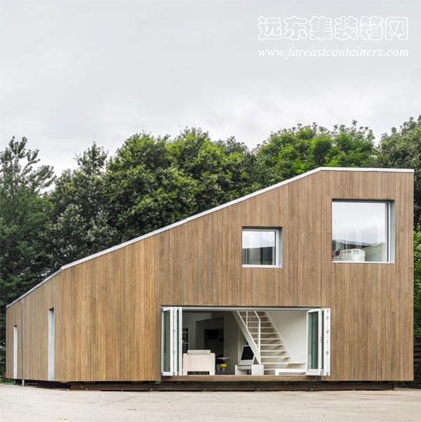 2013年6月12日 集装箱房屋在大众中的受欢迎程度正在日益提高,特别是随着建筑师们不断从集装箱衍生出各种优秀的设计创意。这个受欢迎的名单里,现在又增加了一个新成员。位于中国无锡市的绿色集装箱房屋建筑WFH house,是由丹麦哥本哈根的建筑设计事务所Arcgency完成。 Arcgency专注于设计和建造可持续性建筑,为了秉承节能环保的宗旨,这栋集装箱房屋所能产生的能量可以超过自身消耗。WFH house的整体构架正是由三个回收的废弃40尺HQ集装箱构成,建筑面积180平方米。集装箱房屋的四周绿树围绕